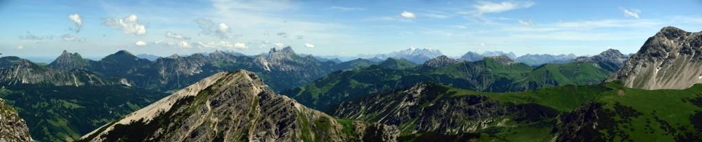 Tannheimer Berge von Einstein über Brentenjoch, Gimpel, Köllenspitze, Hahnenkamm, Krinnenspitze und Gaichtspitze - im Hintergrund Zugspitze