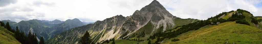 Panorama oberhalb der Oberen Roßalpe von Krinnenspitze bis Gaishorn